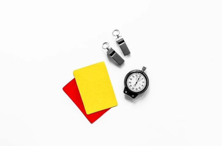 gele en rode kaart fluitje stopwatch