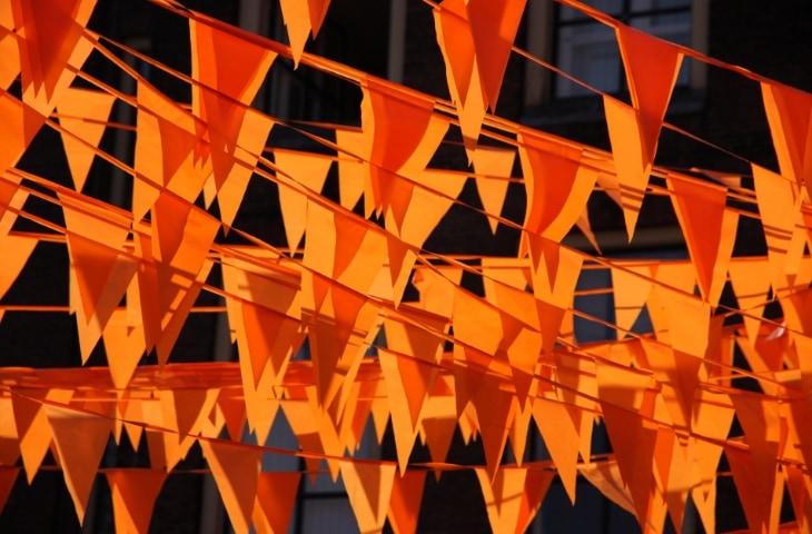 oranje vlaggetjes aan lijn