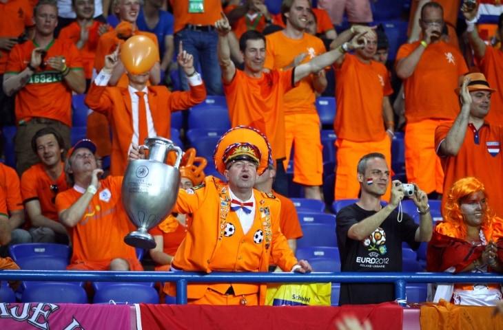 oranje fans man met beker op tribune