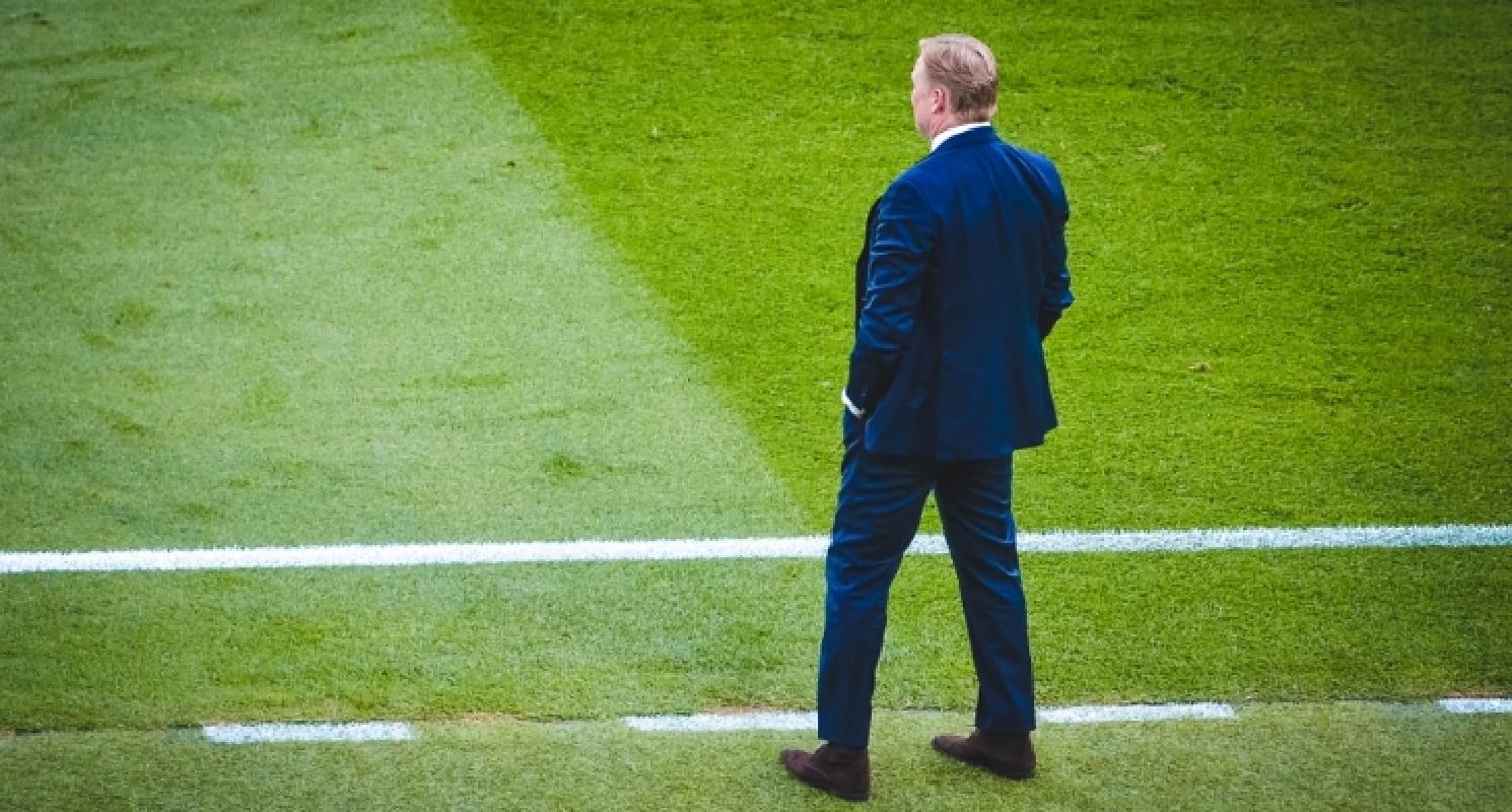 Ronald Koeman langs de lijn van het veld