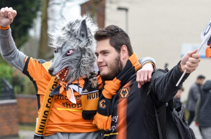 wolverhamption wanderers mascotte wolf met fan